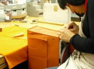 Il faut 15 heures pour fabriquer un sac à main.