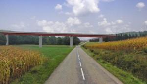 Photomontage du projet de franchissement de la Soultzbach, rivière qui coule en fond de vallée à Soppe-le-Bas (Haut-Rhin) par un viaduc, l'ouvrage le plus haut de la 2ème phase. Source : RFF.