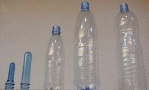 La bouteille d'eau minérale est fabriquée à partir d'une préforme.