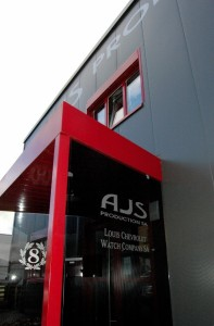 La façades des locaux d'AJS Production et de Louis Chevrolet SA sont étroitement liées.
