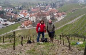 Lydia et Claude Bourguignon, fondateurs du LAMS, en train d'inspecter une vigne.