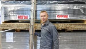Le gérant Antoine Liberio pose fièrement avec, dans la main, la nouvelle Cofra Plast !