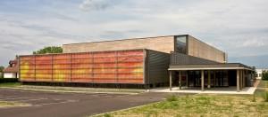 Le lycée de Cosne-sur-Loire avec sa façade pariétodynamique : l'air extérieur pénètre entre les parois des vitrages et est rejeté, réchauffé par le soleil, à l'intérieur. Photo : Aït Belkacem.