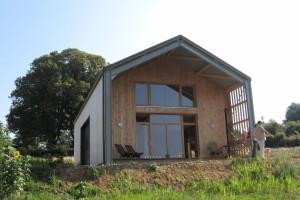 Une maison dans le Morvan dans un volume qui rappele un hangar agricole.  photo : Emmanuel Correia.