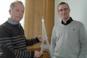 Pierre Lartigaud et son fils, Thomas, technico-commercial, avec une réplique de la Tour Eiffel découpée au laser. (Photo Pierre-Yves Ratti)