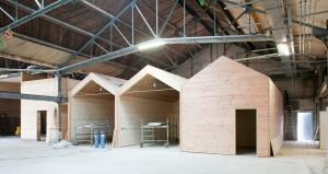 La halle Bonnotte pendant le chantier : installation des modules en bois qui hébergent les différentes activités culturelles. Photo : Correia.
