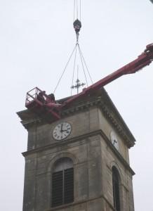 Le toit en place, les ouvriers l'ajuste avant de le fixer.