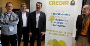 De gauche à droite, un coach sportif, Mario Hecklen président de l'association porteuse « Credir Training », Jean-Denis Budin créateur du concept et directeur de Credir Training, et Patrick Behra (de l'autre côté du panneau), également co-développeur du projet et intervenant.