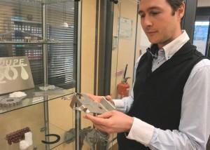 Marc Wollenschneider avec l'une des pièces produites par son entreprise Découpe H2O, qu'il a créée en 2009.