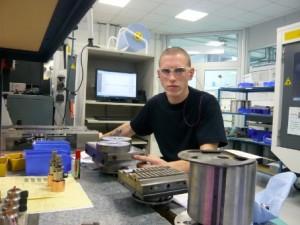 Préparation d'un plateau pour les machines d'électro-érosion par enfonçage.