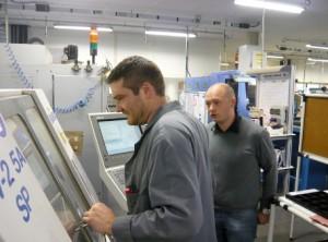 Christophe Morlot (à droite), en compagnie d'un usineur. Ingénieur en matériaux âgé de 35 ans, il s'occupe du marketing et du développement au sein du groupe IMI.