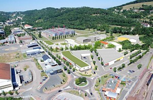 Au premier plan, les 21 000 m2 de surfaces commerciales et d'activités qui seront aménagées par emc2. (Esquisse emc2).