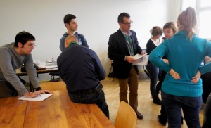 Didier Soudry, expert prévention-environnement dans le secteur de la chaudronnerie-tuyauterie, qui « stimule » un groupe d'étudiants.