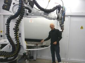 Laurent Humbert et l'une de ses dernières acquisitions : un robot de soudage laser fibre six axes.