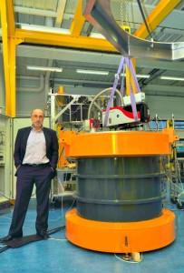 Pascal de Guglielmo, directeur général de Levisys, donne l'échelle de ce fameux volant d'inertie. Photo : Frédéric Marais.