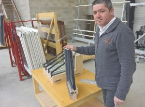 Philippe Wasner présente une coupe d'un de ses produits.