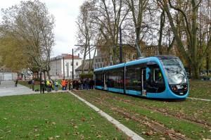 Le tram à l'essai, place Charmars : son utilité n'est plus conteste, mais les adversaires du maire sortant pointent le doigt sur le poids de l'investissement sur les finances de la ville. Photo : Emilie Joly.