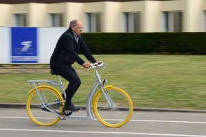 Le Pibal, vélo-patinette imaginé par le designer Philippe Starck, est assemblé dans les ateliers romillons.<br /> ©Frédéric Marais/Agence Info