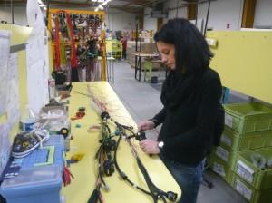 Composer un faisceau électrique requiert de la dextérité et de la minutie, qui sont des qualités féminines.