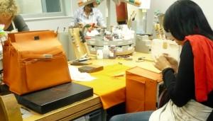 Dans l'atelier d'Hermès à Seloncourt, dans le Pays de Montbéliard.  Photo : Traces Ecrites.