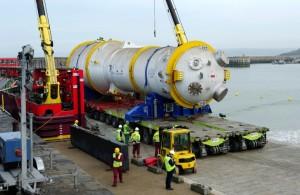 Déchargement au port de Dielette (Manche).  Photo : EDF Médiathèque,