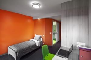 Une chambre d'étudiant, entièrement fabriquée en atelier avec les portes et fenêtres, les sanitaires et le mobilier.