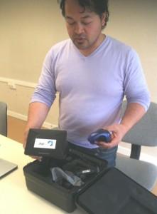 Zo Rasatavohary présente une lunette de réalité virtuelle pour laquelle DigitPrime développe de nouveaux logiciels pour des exercices en milieu dangereux. Photo Pierre-Yves Ratti.