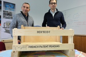 Claude Guyotjeannin, président de PanoPack et Maxime Lemallier, jeune diplômé de l'ESC Troyes fraîchement recruté pour prendre en charge la commercialisation, avec la boîte brevetée Box Eco. © Pierre-Yves Ratti.