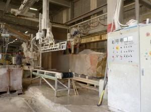 Opération de sciage de la pierre chez SETP.