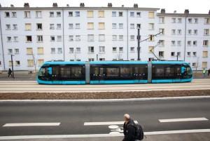 Le tramway arrive dans les faubourg de Besançon.  Photo : JC Sexe
