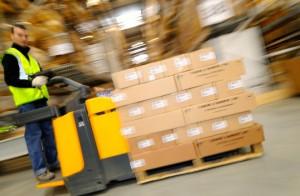 Cariste au travail dans l'un des nombreux entrepôts français de Rhenus Logistics.