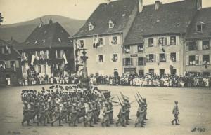 Un défilé de troupes françaises sur la place actuelle des Alliés (baptisée ainsi à la fin de la guerre) à Masevaux, où les représentations des 4 et 5 juillet sont prévues.