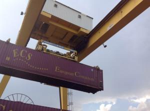 Les conteneurs sont posés sur les châssis des trains grâce à un portique. ©Christiane Perruchot