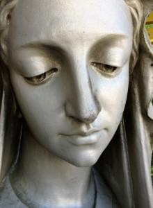 La vierge de Notre-Dame d'Etang déposée pour restauration pendant la rénovation de la chapelle éponyme à Velars-sur-Ouche, soutenue entre autres par Les Salaisons Dijonnaises. © Christiane Perruchot