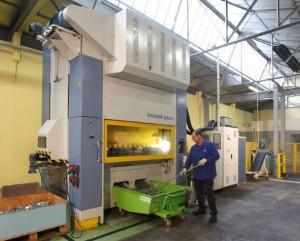 Atelier de découpe et d'emboutissage : 15 millions de pièces produites par an, plus de 1500 références.