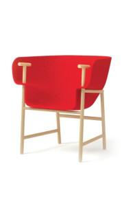 Le sytème de relevage de ce fauteuil sert aussi d'accoudoir.