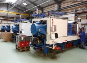 Atelier d'injection : 2000 tonnes de matière plastique injectées par an, 80 millions de pièces produites.