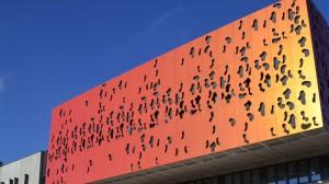 Le bardage métallique de la façade de la salle de spectacle a éé fabriqué et posé par Bourgogne d'Equipements Industriels (BEI) à Longvic (Côte-d'Or).