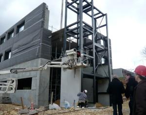 Pendant la construction du bâtiment de Vibrasens, l'hiver dernier avec un système de façades préfabriquées et isolées. ©Christiane Perruchot