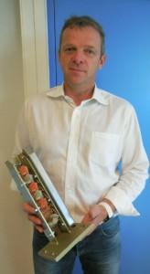 Philippe Hermann, dirigeant de Weidner France,  présentant un modèle réduit de la colonne à taquets, système de rangement qui a fait l'objet d'un dépôt de brevet pour certaines fonctions. ©Christian Robischon.